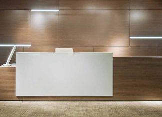 balcão para escritorio grande branco e madeira